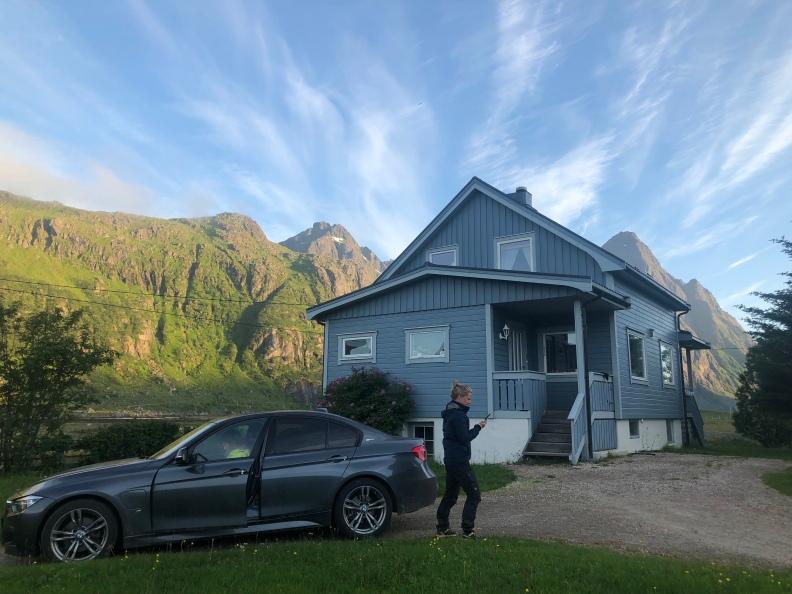 Huset med Himmeltinden i bakgrunden